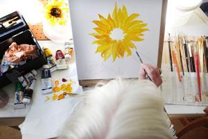 Solrosens många detaljer är en utmaning att fånga. Ingegerd Sahlén jobbar för att få sin blomma så naturtrogen som möjligt.