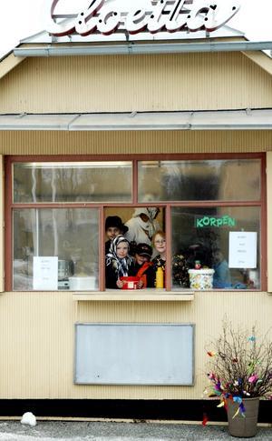 I Esters kiosk sålde eleverna korv med bröd. Försäljningen gick till en början trögt, men barnen hoppades på en ändring inför lunchen.