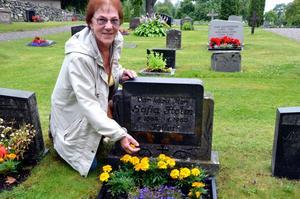 Hittade släkten. Inger Lindholm från Kumla hittade sin pappas mosters grav på Tiveds kyrkogård.