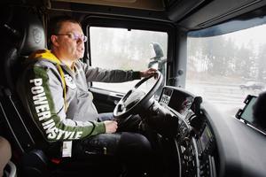 Björn Landholm kopplar elektroniskt ihop sin lastbil med den framför.