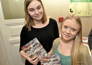 Melinda Lönnström och Ebba Mattsson marknadsförde årets kulturprojekt på Lindeskolan som har biljettsläpp på lördag.