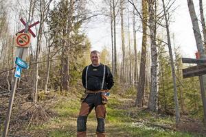 Per Åke Persson är ordförande i Lokatten skoterklubb och har i flera år haft problem med fyrhjulingarna som kör på lederna.