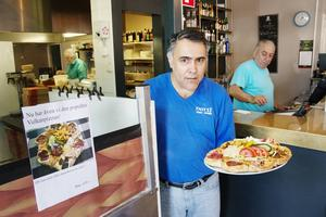 Mirza Bedikanli är på väg att servera en rykande färsk vulkanpizza.
