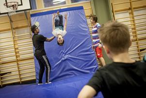 sport Uppåt väggarna. Freddie Ramstedt och Jacob Lundell lär ungdomarna en övning som går ut på att springa upp på en vägg och slå en bakåtvolt.