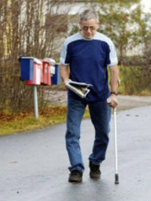 Promenaden till postlådan är dagens enda motionsaktivitet för Sune Edin. Kryckan är ett måste.