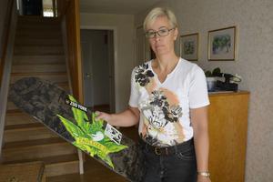 Catrin Johansson visar upp sonens skateboard med knarkmotivet.