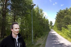 Den här cykelvägen i Sätra upplevs som otrygg, berättar Cristian Jansson. Här ska kommunen röja bort sly så att den som cyklar eller går kan se in bland träden och gatljuset nå ut.