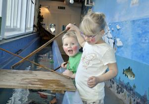 Gillar Childrens. Tage och Astrid Eriksson från Örebro gillar Childrens upptäckarhuset och åker hit då och då. Foto: Katarina Hanslep