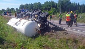 Tankbilens förare fick hålla undan för en mötande lastbil som gjorde en omkörning. Föraren av lastbilen smet från platsen men stoppades i Sala.