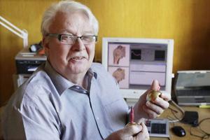 Sven Broddesson har under sina 15 år som pensionär utvecklat sin verksamhet, idag är han också återförsäljare av olika instrument inom hälsoterapi. Praktiken har han i sin villa i Oviken.