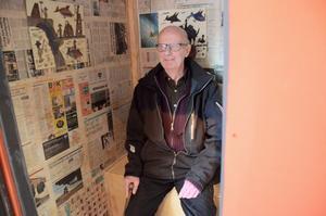 På plats på dass. Bengt-Åke Lejon minns hur det var förr, bland annat vilken konst som hängde på väggarna i utedasset.