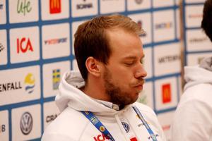 Emil Jönsson hade naturligtvis lätt att hålla sig för skratt när han tvingades lämna sitt tråkiga besked.