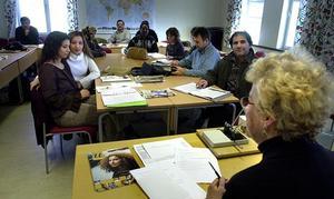 Att lära sig det svenska språket är viktigt för flyktingar.