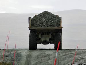 Ännu ett lass på väg där stenarna ska förstärka dammen.