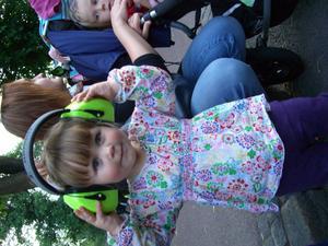 Fyller år. Femåriga Thelma Pulkkinen skyddar öronen.