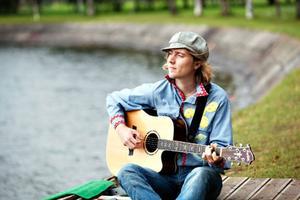 """Erik Wennergren släpper sin debutskiva som soloartist: """"Tales from the earth"""" på lördag. Då blir det stor releasefest i Surfbukten."""