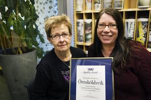 Karin Näslund och AnnaCarin Lindgren med diplomet som visar att Tidningstjänst Örnsköldsvik för andra året i rad har minst reklamationer i landet.
