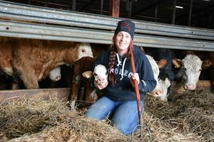 Jenny Gradin kramar om en av gårdens nyfödda kalvar.