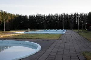 Tre utomhusbassänger finns det på Röstabadet. Men nu riskerar badet att inte öppnas till sommaren.
