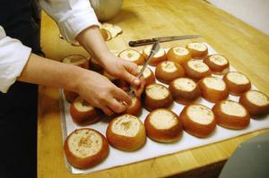 """""""Fyllningen är godast"""", anser Nathalie Persson och gör därför riktigt mycket plats för mandelmassan i semlans mitt."""