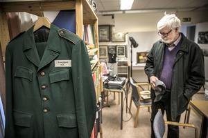 Vad gör en uniform på ett museum för skogsbruk?