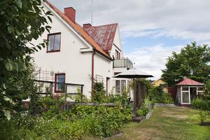 Mångfunktionellt hus. Först Konsumbutik, därefter Adventistkyrka för att sedan bli bostadshus.