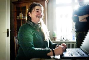 Carolina Visser har nästan daglig kontakt med Helen Patton via telefon och internet.