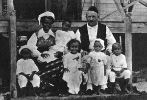 PAPPA LÅNGSTRUMP. Karl Emil Petterson från Sollentuna spolades i land på en ö i Söderhavet och blev kung där   – precis som Pippi Långstrumps pappa. Här poserar han med sin första hustru Sindu och sex av deras nio barn.