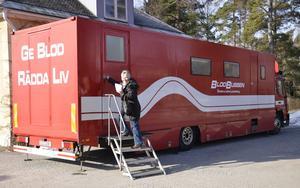 På väg. Blodbussen utgår från Universitetssjukhuset i Örebro och har omkring 40 hållplatser i hela länet. Anette Filipsson är en av givarna i Hällefors.
