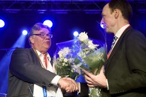 Soini gratulerar sin efterträdare Jussi Halla-aho