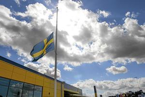 Flaggan vajade på halv stång utanför Ikea i Västerås.