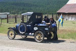 Lars-Göran Lindgren läste kartan och Sven-Olov Hansson körde de 667 milen. Här har de stannat i en så kallad spökstad för att orientera sig. Husen var kvar men inte människorna.