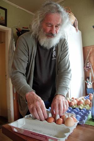 László Gönczi gillar odling och övriga sysslor hemma på gården i Kilbo. Från hönsen blir det ägg.