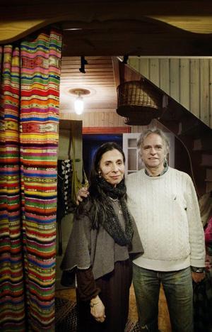 Deras sång- och dansgrupp Vanaver Caravan har jobbat med tramumatiserade barn på Balkan och trasiga familjer i New York efter 11 september. Fyra dansare har precis varit i Indien för att dra igång ett projekt för