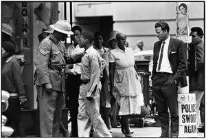 Bara de svarta får sina pass kontrollerade av polisen. Foto: Ernest Cole Family Trust