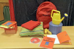 En röd ryggsäck har tagits fram för den som vill pröva att även dansa Knacka på. Nu kommer ryggsäckarna att spridas till länets alla bibliotek, där den som vill kan låna någon av dem.
