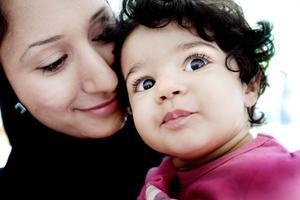 FINNAS DÄR. Mamma Amal Shabibi är nervös inför att lämna dottern Lamya Nassori på förskolan.
