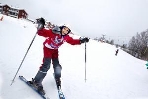 Sabrin Ahmed Mohammed från Murgårdsskolan åker slalom för första gången.