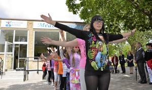 Medborgarplats invigd. Kulturskolans barn och ungdomar gav en dansföreställning utanför kommunhusets nya entré. BILD: ANDERS ALMGREN