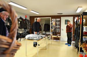 Första kunderna i nya jaktbutiken i Fränsta.