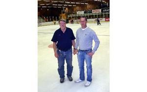 Nya hockeyskolarektorn Jens Nielsen till höher tillsammans med sin assistent Håkan Svelander.FOTO: JANNE HUOKKO