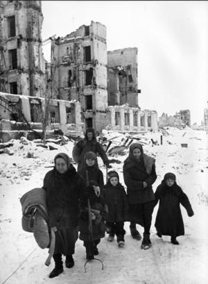 När vintern gjorde sitt inträde i slutet av 1941 blev förhållandena extremt svåra för den ryska civilbefolkningen i de krigsdrabbade områdena.    Foto: APN/TT