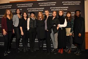 En del av skådespelarna som läser upp anonyma vittnesmål om övergrepp och trakasserier. Foto: Jonas Ekströmer/TT