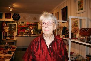 PRESENTBOD. När det var dags för pension bestämde sig slöjdkonstnären Mona Fängström för att öppna galleri i bottenvåningen av huset hemma i Born. Sedan i våras har hon drivit Galleri-Ett där just nu 15 lokala slöjdare ställer ut sina verk.
