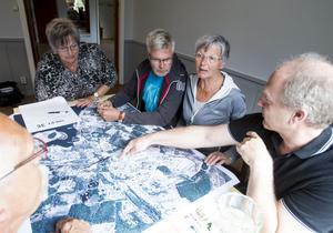 Diskussionerna och förslagen strömmade in från sandarneborna här är det Gunilla Byström, Hans-Inge Haglund, Birgitta Haglund, Micke Svensson och Staffan Byström som diskuterar.
