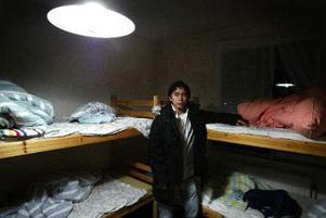 Abbas drar med handen över Rawans säng där hon låg när polisen kom tidigt på morgonen.