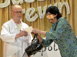 Rätt recept. Frågan var om damen, i form av Kicki Karlsson, skulle få köpa arsenik av apotekaren Per-Arne Pettersson.