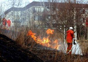 Är man det minsta osäker ser räddningstjänsten helst att man låter bli att elda.