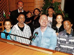 Michael Chambers och församlingen präst George Batsire och hans familj.