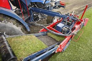 Maskinen gör längder på 1,9 meter, som sedan rullas ihop. Varje rulle innehåller 0,75 kvadrat gräsmatta.